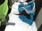 Nůž, který zloděj nechal na zadním sedadle auta.