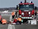 Záchranáři na Letišti Václava Havla trénovali evakuaci cestujících z hoříciho