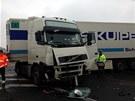 Nehoda kamionu a osobního auta na nadjezdu nad dálnicí D8 u Nové Vsi.