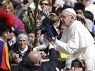 Papež požehnal i malým dětem.