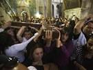 Tísíce jich s kříži v rukou a za odříkávání modliteb odpoledne prošly ulicemi...