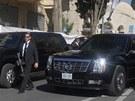 Jedna z Obamových limuzín, jak ji fotografové zachytili během návštěvy