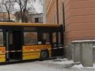 Autobus MHD projel parkem na Senovážném náměstí a narazil do pošty. Řidič měl
