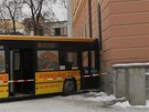 Autobus MHD projel parkem na Senov�n�m n�m�st� a narazil do po�ty. �idi� m�l