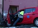 Vozidlo podle svědků uklouzlo na zledovatělé silnici. Řidič smyk nezvládl a z