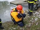 Hasiči zachránili psa, pod kterým se v Markvartovicích probořil led.