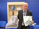 Kriminalista Pavel Kubi� ukazuje na p�te�n� tiskov� konferenci botu a kabel. S...