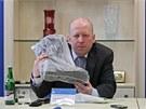 Kriminalista Pavel Kubi� ukazuje na p�te�n� tiskov� konferenci motork��skou...