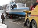 Ve čtvrtek odpoledne dělníci vytáhli loď Horácko na břeh Dalešické přehrady.