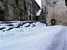 Na Bezdězu je na začátku jara nafoukáno sněhu skoro jak na Sněžce.