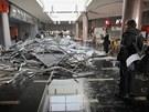 V nákupním centru Plaza se zřítily stropní podhledy.