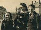 Paní Orská s dětmi na zahradě jejich domu V Tejnecku. Otec rodiny Josef