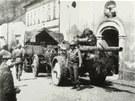 Americká armáda v květnu 1945 před kostelem v Horním Slavkově.
