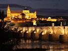 Romanticky osvětlený antický most v Córdobě pochází z prvního století před