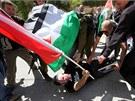 Vojáci zadrželi palestinské aktivisty, kteří pochodvali ulicemi Hebronu. Mezi