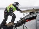 Policisté zachraňují kolegy z vrtulníku, který se zřítil při přistávacím