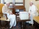 PAPE�OV� SPOLU. Benedikt XVI. (vlevo) hovo�� se sv�m n�stupcem pape�em...