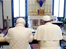 SPOLE�N� MODLITBA. Benedikt XVI. (vlevo) poklekl vedle pape�e Franti�kem ke