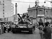 Červenec 1974. Turecká armáda obsazuje severní část Nikósie.