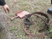 Strážníci v Mostě tahali z kanálu zloděje železa.
