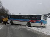 Na Blanensku havaroval autobus. Řidič za jízdy zkolaboval a na místě zemřel.