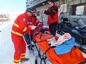 Záchranáři u zraněné 13leté lyžařky, která se zranila na Ovčárně v Jeníkách.