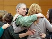 David Ranta se obj�m� s rodinou pot�, co byl zru�en jeho trest za vra�du