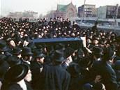 Pohřeb zavražděného rabína Chaskela Werzbergera v New Yorku. (12. února 1990)
