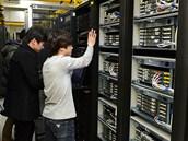 Technici z jihokorejské televizní spole�nosti KBS prohlí�ejí server po