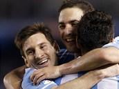 Argentinský fotbalista Lionel Messi (vlevo) se raduje společně s autorem dvou
