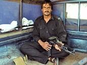 Kvéta, Balúčistán. Členem našeho doprovodu je i samopalem ozbrojený policista.