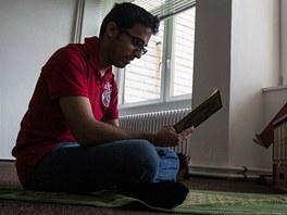 Návštěvník muslimské modlitebny sedí otočen čelem k Mekce.