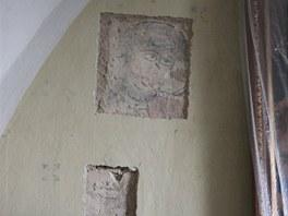 Jedna z odkryt�ch st�edov�k�ch fresek z kostela v Hrozov�.