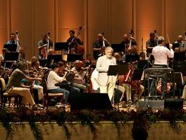 Česká filharmonie v Abú Zabí doprovodila doprovodila pěvce Plácida Dominga.
