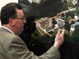 Constantin Kinský ukazuje na fotomapě svůj žďárský zámek z ptačí perspektivy.