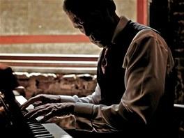Herec Hugh Laurie rozvíjí paralelní kariéru jako pianista a zpěvák.