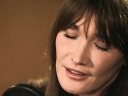 Carla Bruniová ve studiu při nahrávání alba Little French Songs
