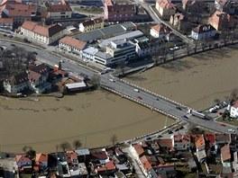 V Uhersk�m Hradi�ti �asto rozhoduj� o vylit� �eky Moravy centimetry. Sn�mek je