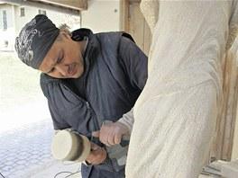 Sochař Petr Váňa při práci.