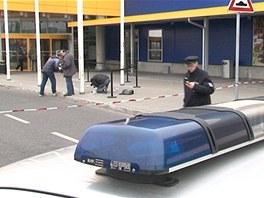 Neznámí pachatelé přepadli vozidlo bezpečnostní agentury před obchodním