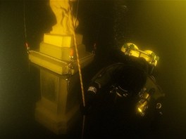 Po dosažení slapského dna přibetonovali potápěči podstavec pod sochou k