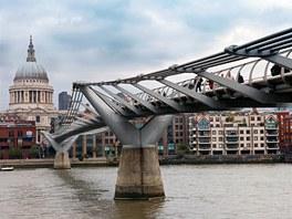Londýnská moderna - most Millenium vedoucí přes Temži k nové galerii byl