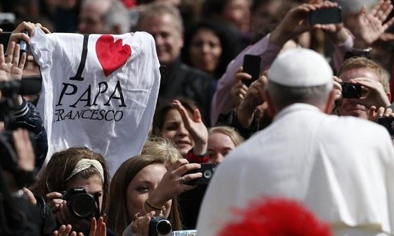 Papež František mezi věřícími na vatikánském Svatopetrském náměstí poté, co