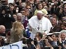 Papež František mezi věřícími po velikonoční bohoslužbě ve Vatikánu. (31....