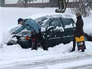 Sníh kopíruje kapotu auta, jako by byl sádrovým odlitkem vozu (31. března 2013)