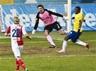 Slávistický obránce Milan Nitrianský (s číslem 5) se snaží odkopnout míč z