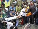 Pod troskami zhroucené budovy se ocitlo 60 až 70 lidí.