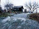 Po havárii vodovodního řadu se voda valila zahrádkářskou kolonií na Zahradním