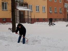Sněhová nadílka vyhnala lidi v Ostravě od svátečního stolu na ulici odklízet