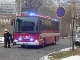 Autobus, kam hasiči evakuovali třicítku lidí, aby jim nebyla zima.